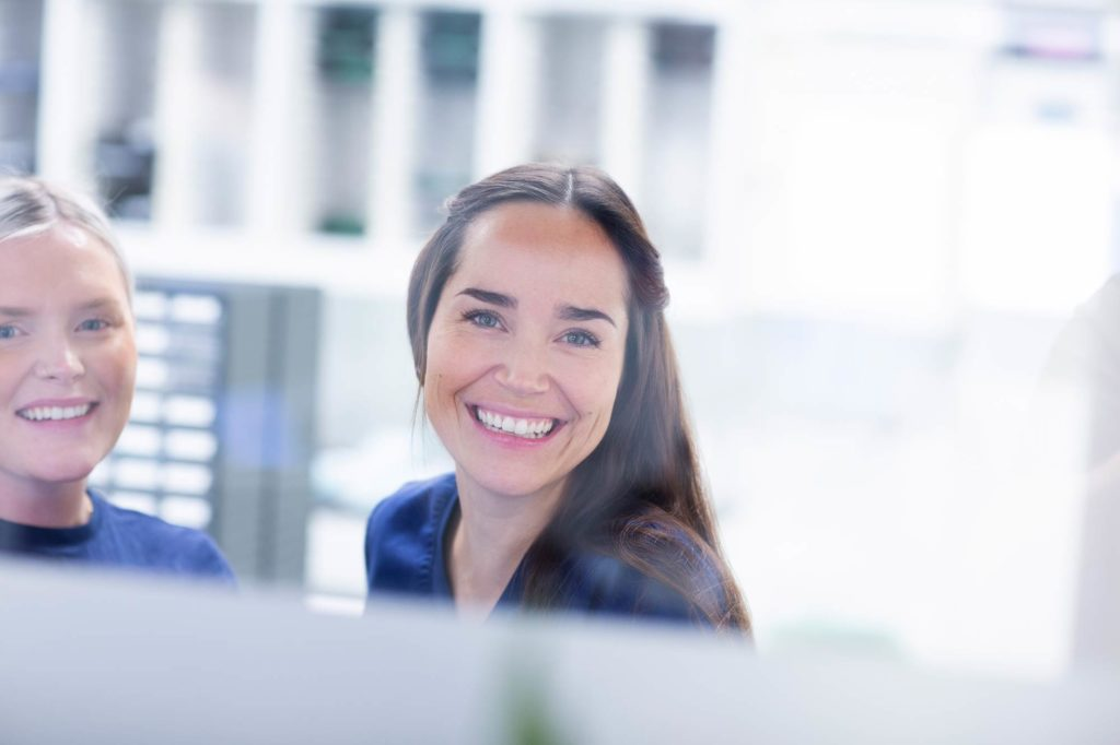 Glad og blid kvinnelig resepsjonist ved Oris Dental Arken Åsane