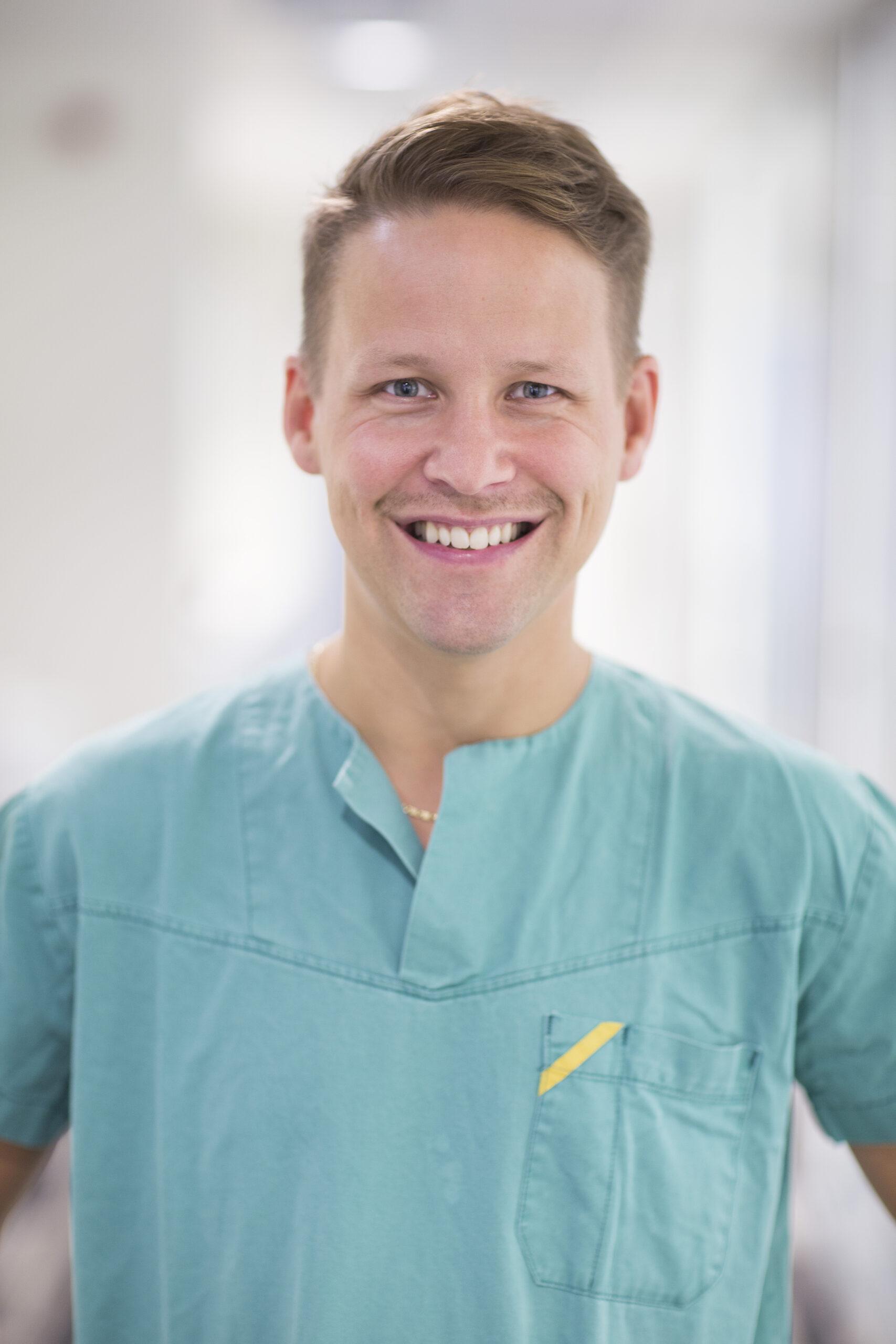 Mannlig tannlege ved Oris Dental med god kunnskap om trekking av visdomstenner.