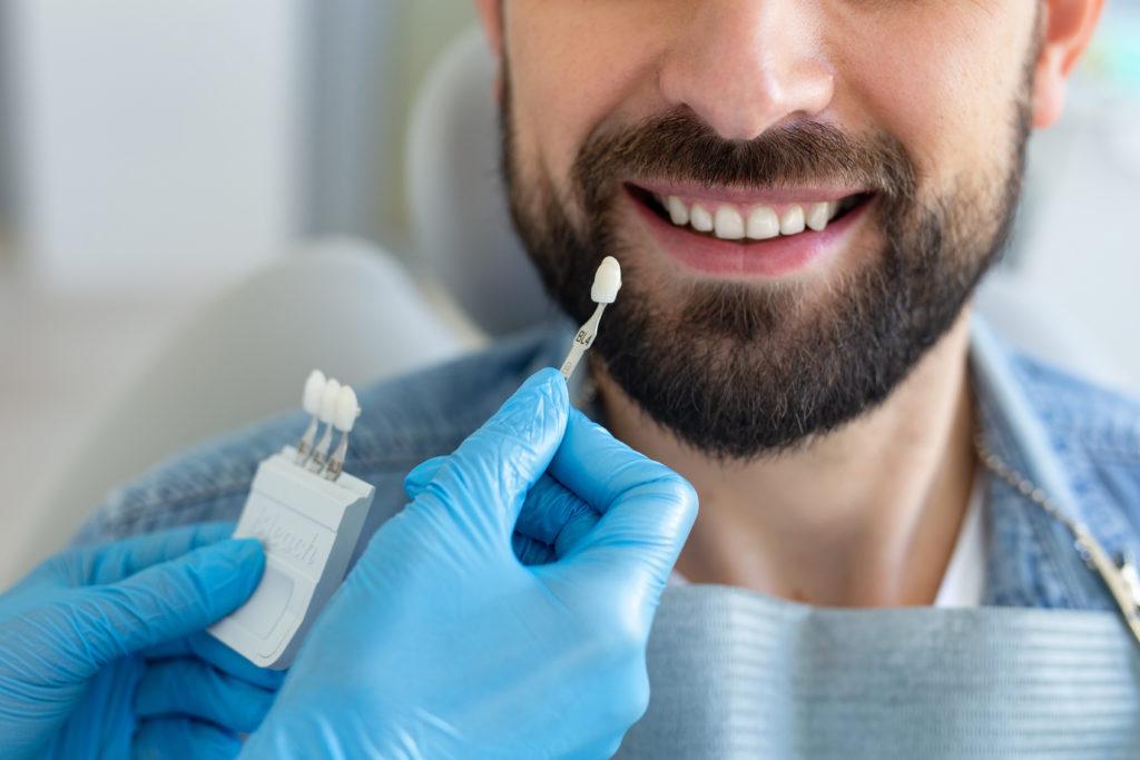 Mann er på konsultasjon for implantatbehandling hos Oris Dental Løkketangen.