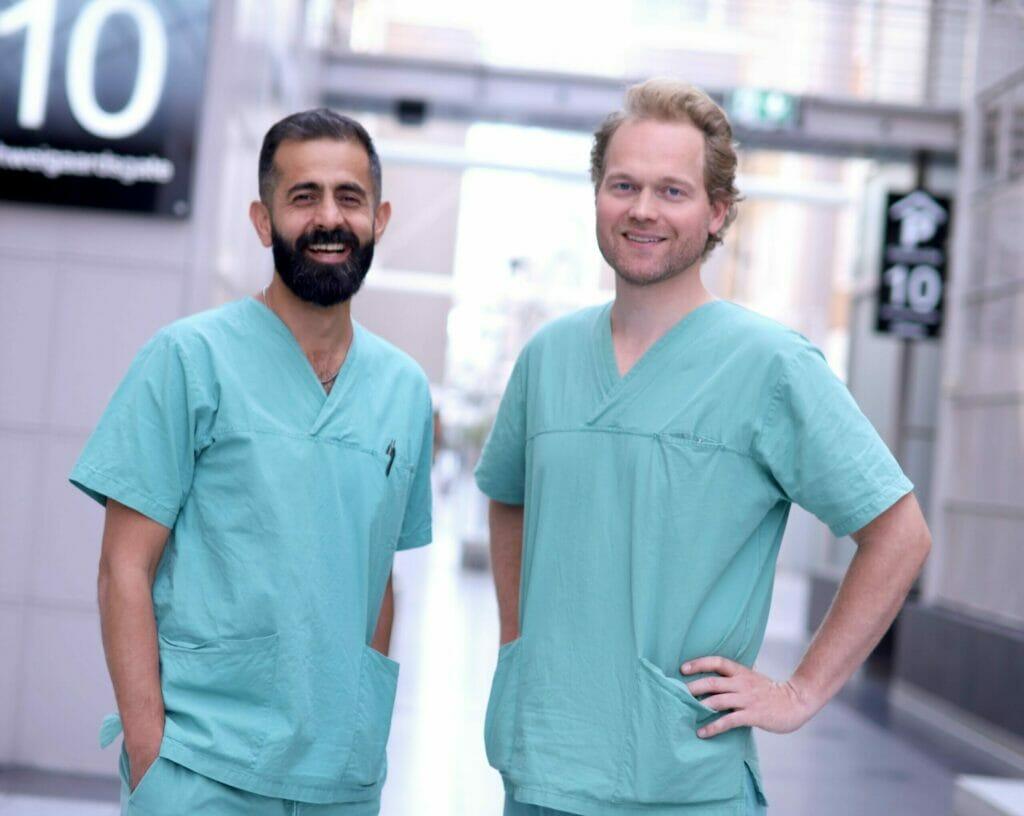 To mannlige tannleger ved Oris Dental som tar i mot nye pasienter som har benyttet seg av tilbud på tannbehandling.