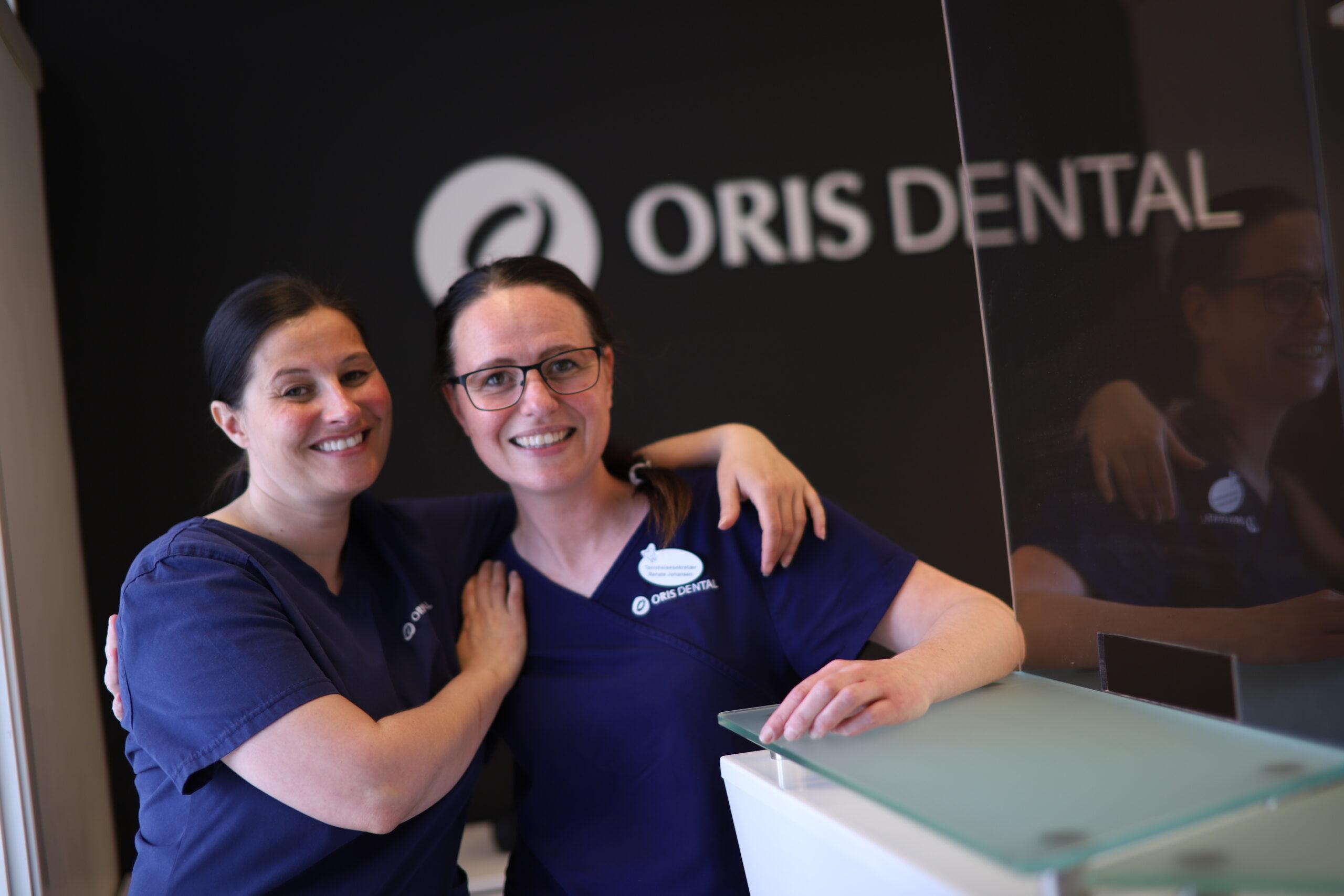 Tannbehandlere i resepsjonen ved Oris Dental Harstadtannlegene.
