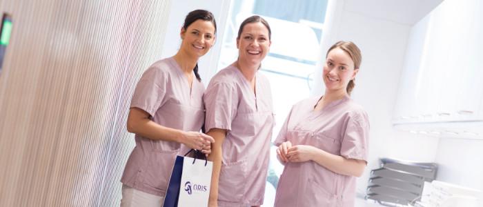 Kjeveortoped og tannlegene Lene Rostøl Lammenes, Hilde Beate Larsen og Eva Hasund ved Oris Dental Hinna Park, står samlet i lokalene til tannklinikken.