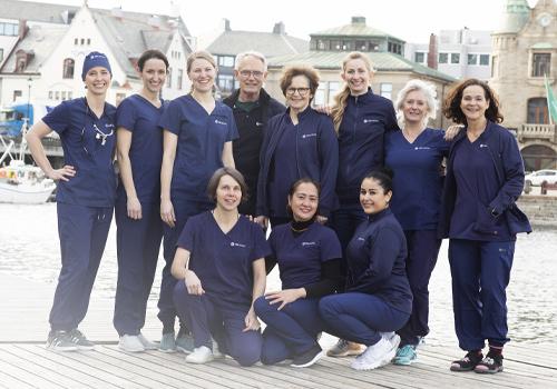 Brosundet Tannklinikk har blitt en del av Oris Dental. Smilende medarbeidere er glad for å være en del av tannlegekjeden.