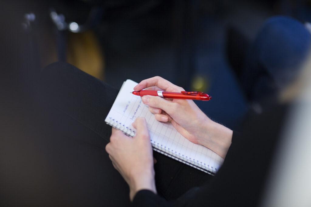 Tannhelsepersonell tar notater ved deltagelse på Oris Academy seminar.