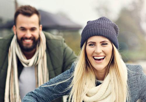 Smilende mann og kvinne ute i naturen