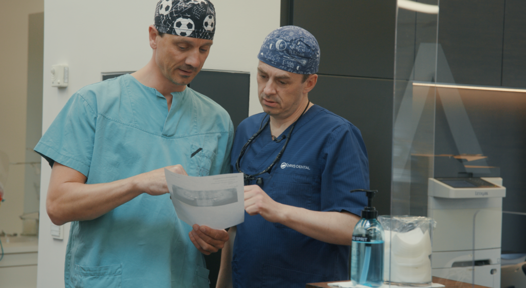 Tannlegene Eirik Salvesen og Stian Solli Kanestrøm leser fagartikkel på tannklinikken om smittevern.