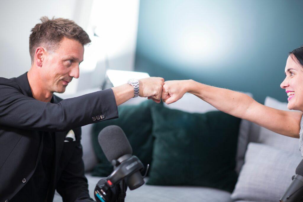 CEO og fagansvarlig for Oris Academy, Eirik Aasland Salvesen sammen med CIO, Marte Haarberg ved innspilling av podcast.