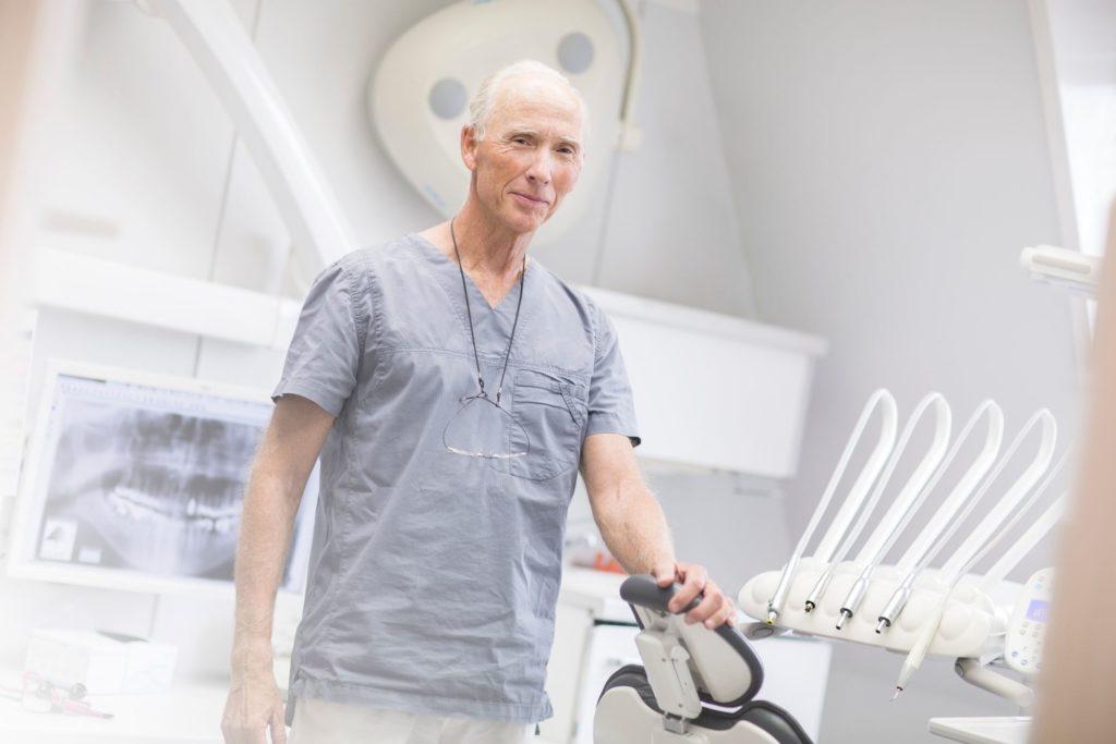 Tannlege Anders Wangestad står ved tannlegestolen i et behandlingsrom ved tannklinikken Oris Dental Løkketangen i Sandvika.