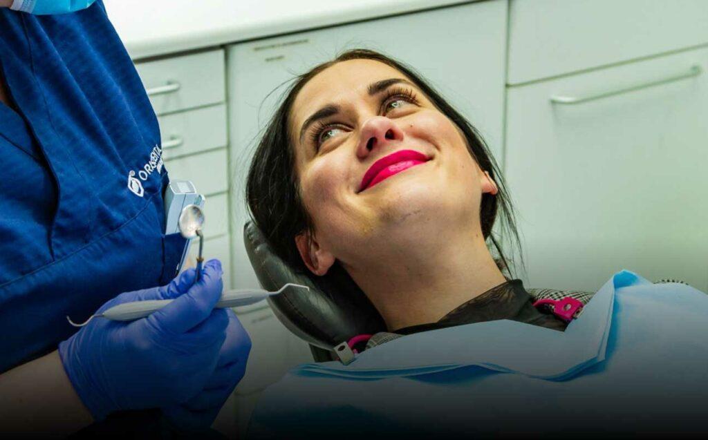 Marte (32) i tannlegestolen ved Oris Dental for å motta behandling for tilbaketrukket tannkjøtt.
