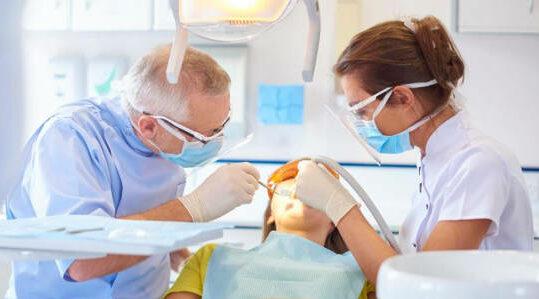 Pasient i tannlegestol mottar behandling for akutt tannpine ved tannlegevakt.