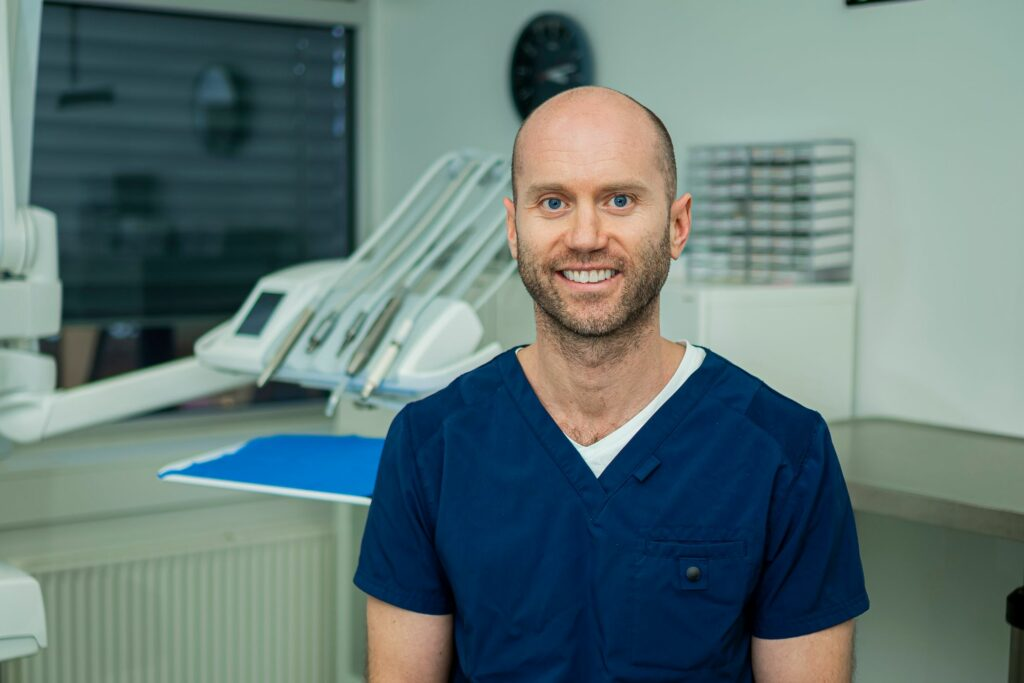 Tannlege Ivar Morten Fagerholt ved Oris Dental Trondheim Torg på behandlingsrommet før trekking av visdomstenner på Marte.