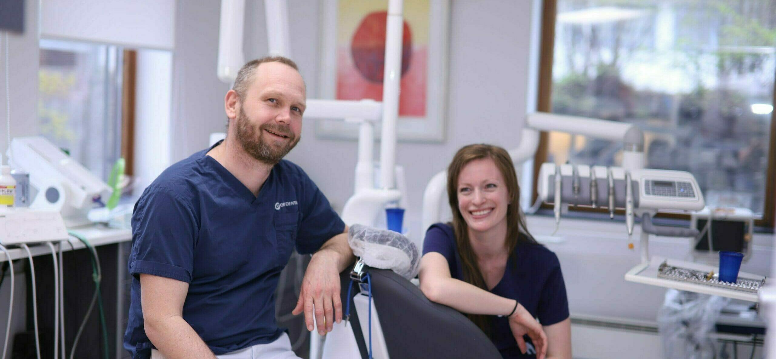 Tannlege Anders Ølund Gerner og tannhelsesekretær på behandlingsrom ved Oris Dental Homansbyen ved Bogstadveien i Oslo.